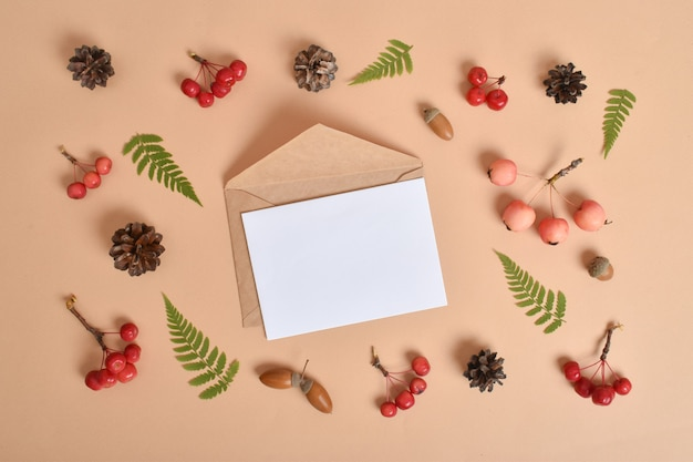 Uitnodigingssjabloon met een envelop. herfst concept. bovenaanzicht, vlakke positie. een ansichtkaart voor een vakantie. platte lay-out, bovenaanzicht, een plek om te kopiëren.
