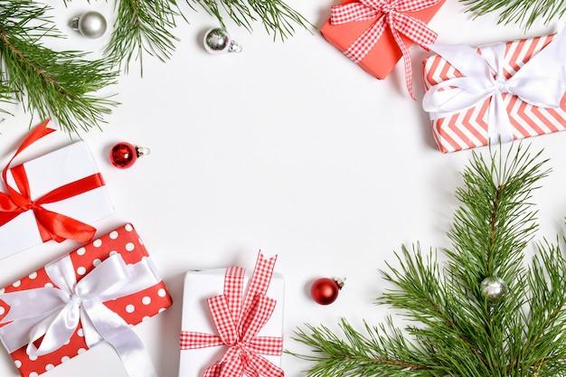 Uitnodigingssjabloon voor kerstmis en nieuwjaar. een kerstkaart met een plek voor tekst. platte lay-out, bovenaanzicht, plaats om te kopiëren.
