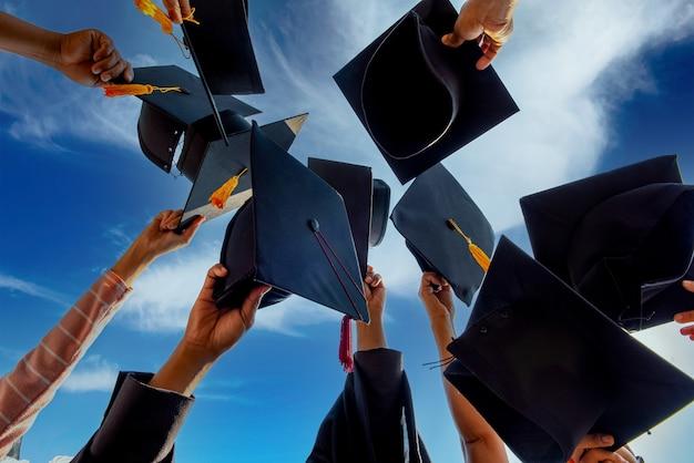 Uitreiking van felicitaties en uitreiking van het diploma met de afgestudeerden van de universiteit.