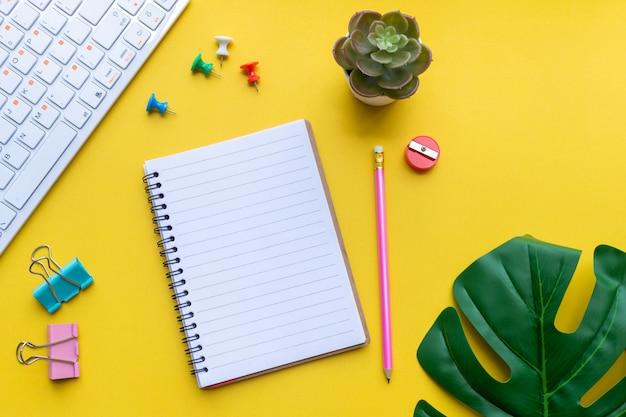 Uitrusting en lege notebook met op geel