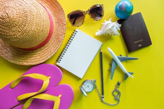 Uitrusting van reiziger op geel met exemplaarruimte, reisconcept