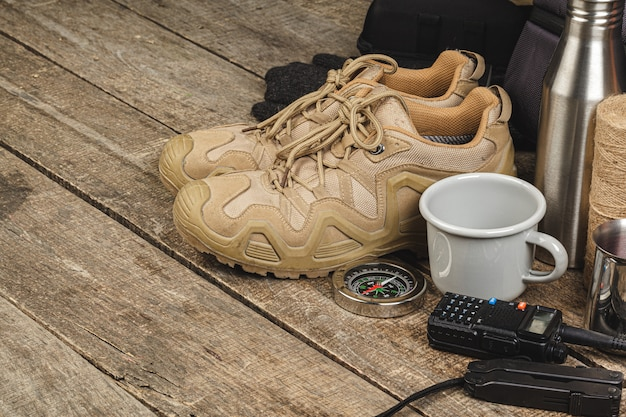 Uitrustingsset voor reizigers inclusief wandelschoenen en walkietalkie
