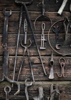 Uitrustingsstukken die op houten muur hangen.