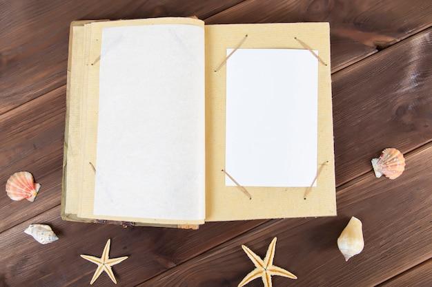 Uitstekend fotoalbum op hout met zeeschelpen.