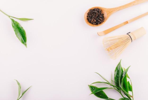 Uitstekend groen die theeblad op witte achtergrond wordt geïsoleerd