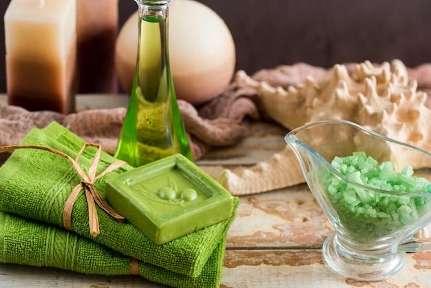 Uitstekend groen kuuroordstilleven met met de hand gemaakte zeep