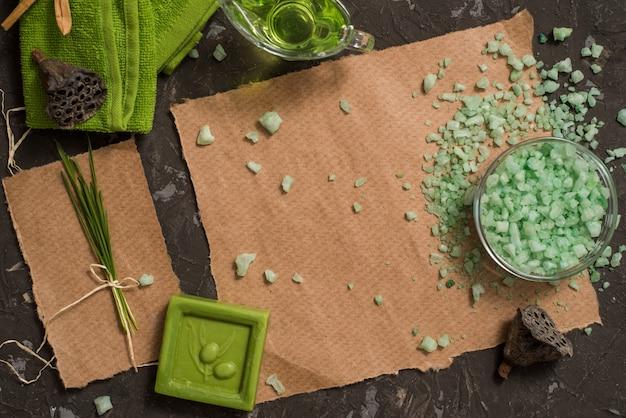 Uitstekend groen kuuroordstilleven met met de hand gemaakte zeep.