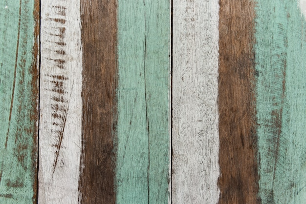 Uitstekend houten achtergrondtextuur oud houten materiaal. vintage behangkleuren patroon van felgekleurde panelen van verweerde geschilderde houten planken
