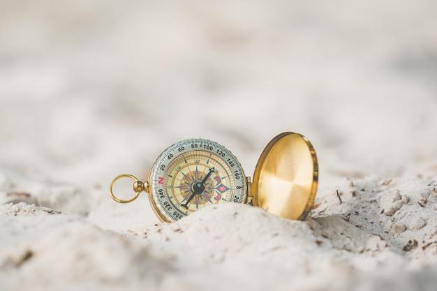 Uitstekend kompas en strand dichte omhooggaand