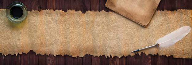 Uitstekend manuscript met pen op bureau, document textuur als achtergrond voor tekst