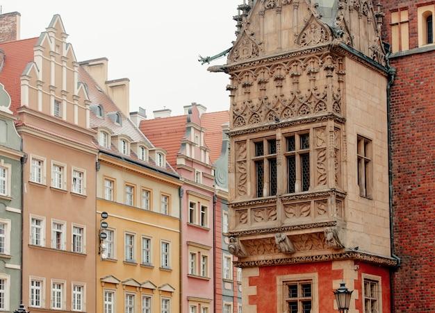 Uitstekend vensters en balkon in wroclaw-stadhuis, polen