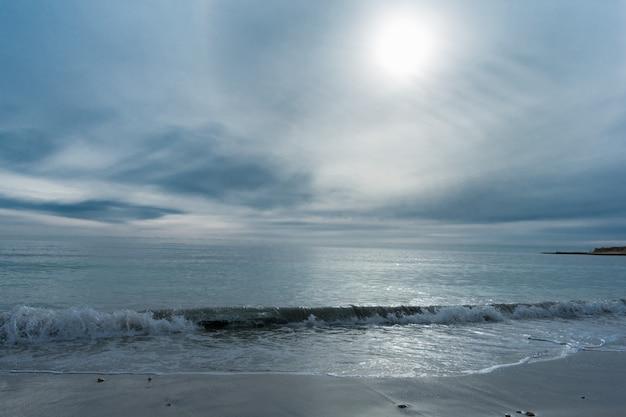 Uitstekende bewolkte dag in de kust