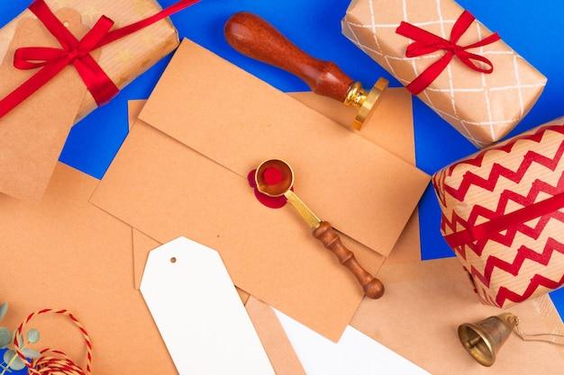 Uitstekende brief met rode dichte omhooggaand van de zegelzegel