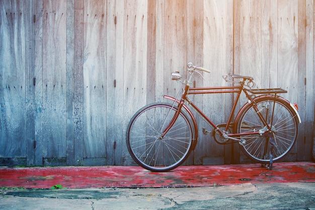 Uitstekende bycycle dichtbij oud huis bij platteland in thailand