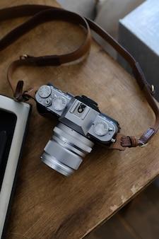 Uitstekende camera op een bruine houten lijst. het volgende is een boek