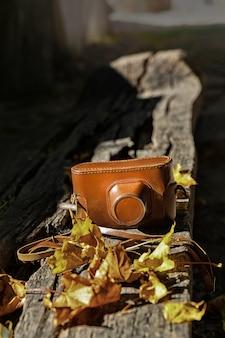 Uitstekende camera op houten bank
