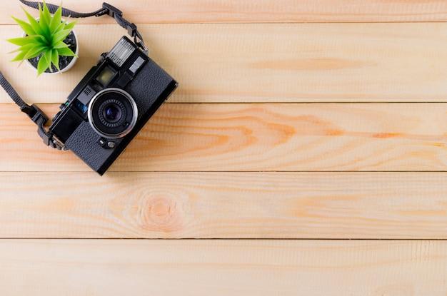 Uitstekende camera op houten lijstachtergrond met exemplaarruimte. wereld fotografie dag concept.