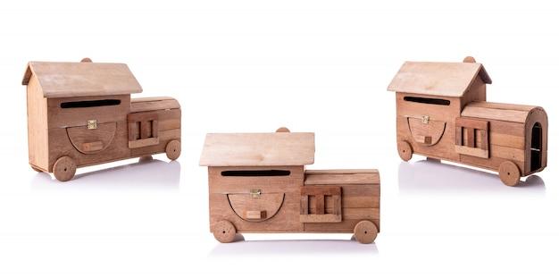Uitstekende die handcraftbrievenbus van oud hout zonder verf wordt gemaakt op wit wordt geïsoleerd