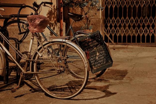 Uitstekende fietsen die op een straat bij nacht alleen en worden geparkeerd