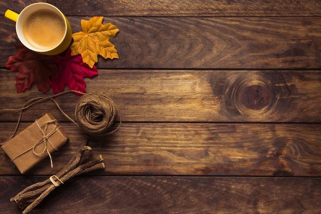 Uitstekende herfstsamenstelling met koffie en bladeren