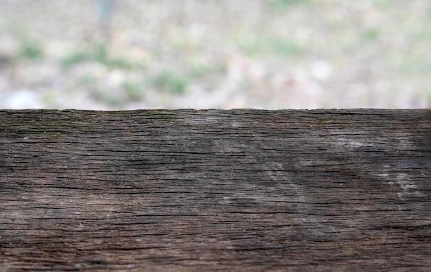 Uitstekende houten raad met onduidelijk beeldachtergrond, lege zwarte houten raad