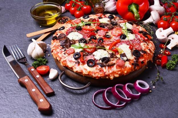 Uitstekende italiaanse pizza met kaas en tomaten en olijven?