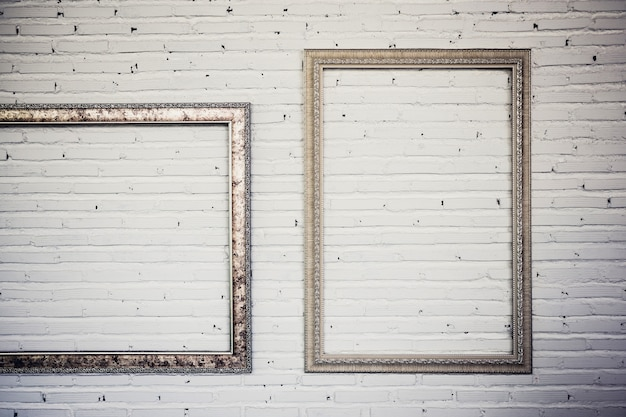 Uitstekende kaders op witte bakstenen muur. achtergrond.