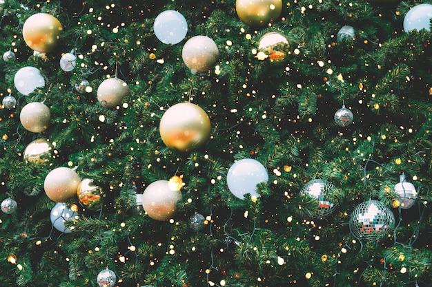 Uitstekende kerstboom met gouden balornament en decoratie, kerstmis en nieuwjaarvakantieachtergrond.