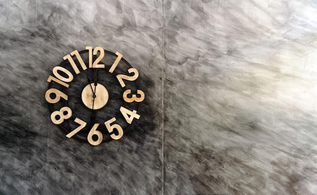 Uitstekende klok op oude bakstenen muur