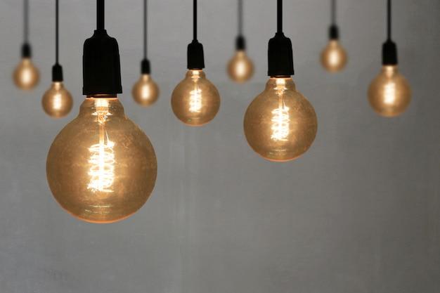 Uitstekende lampen op grijze muurachtergrond.