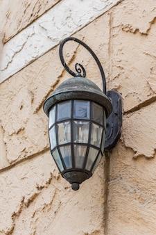 Uitstekende lantaarn op een muur