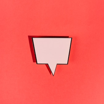 Uitstekende lege roze toespraakbel op rode achtergrond