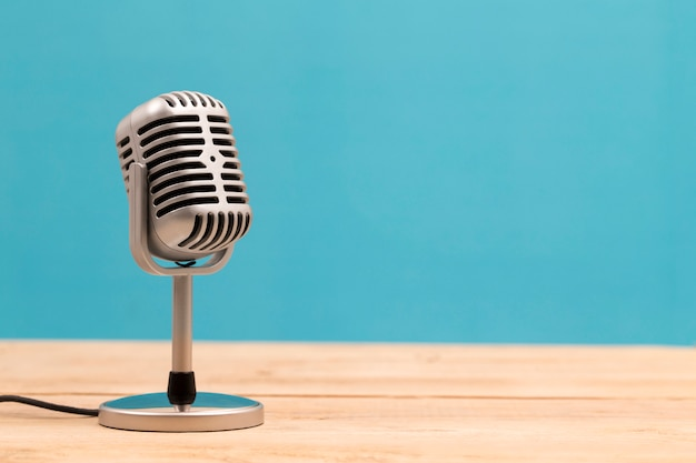 Uitstekende microfoon die op witte achtergrond wordt geïsoleerd