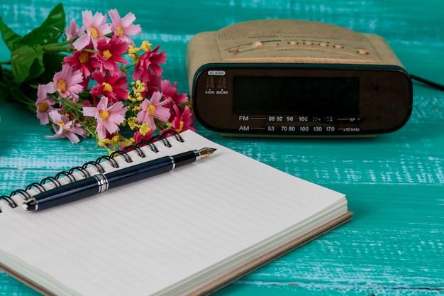 Uitstekende radio met boeknota over houten achtergrond