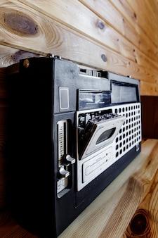 Uitstekende radiocassetterecorder. muziek in retrostijl.