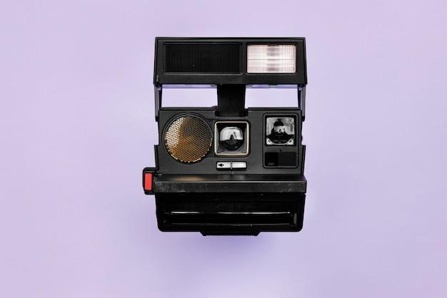 Uitstekende retro camera die op achtergrond wordt geïsoleerd