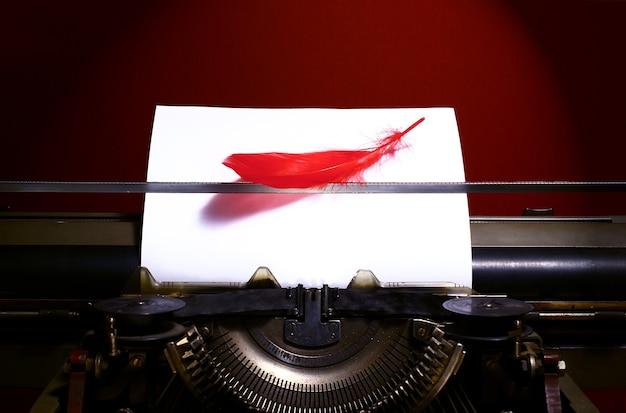 Uitstekende schrijfmachine met vogelveer. licht fictie genre concept.
