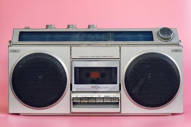 Uitstekende stereo-installatie op de roze achtergrond van de loopkleur