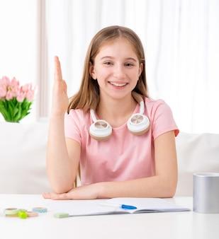 Uitstekende vrouwelijke student staat altijd klaar om te antwoorden