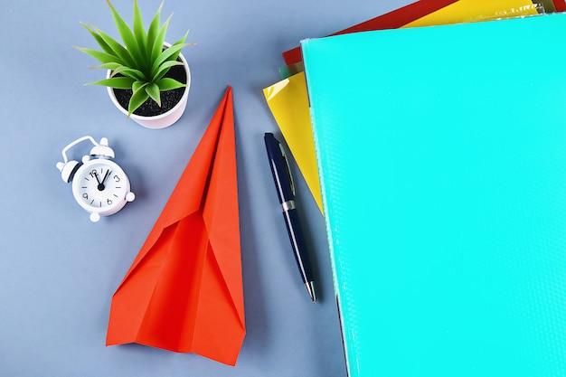 Uitstel het maken van een papieren vliegtuigje werkt in plaats daarvan. zaken uitstellen, luiheid.