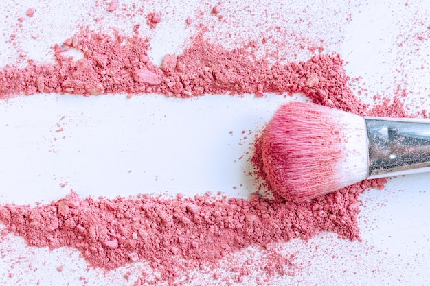 Uitstrijkje van gemalen roze blos van cosmetica-product, kopie ruimte, bovenaanzicht