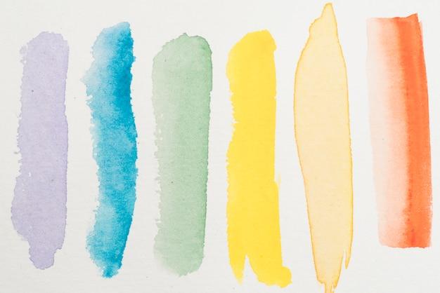 Uitstrijkjes van kleurrijke waterverf op papier