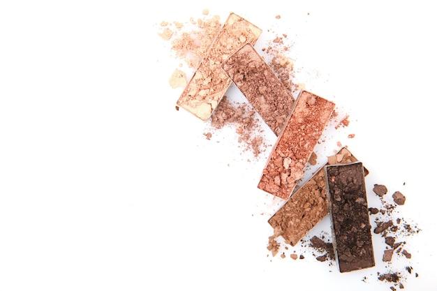 Uitstrijkjes van verschillende decoratieve cosmetica op een witte achtergrond geïsoleerd
