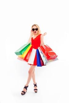 Uitverkoop! glamourvrouw met paperbags zag korting in winkelcentrum