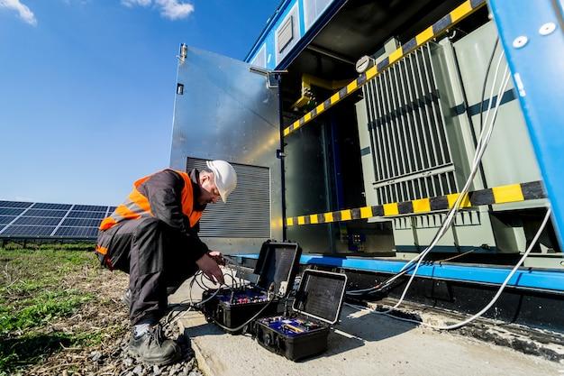 Uitvoeren van elektrische meetwerkzaamheden aan de vermogenstransformator