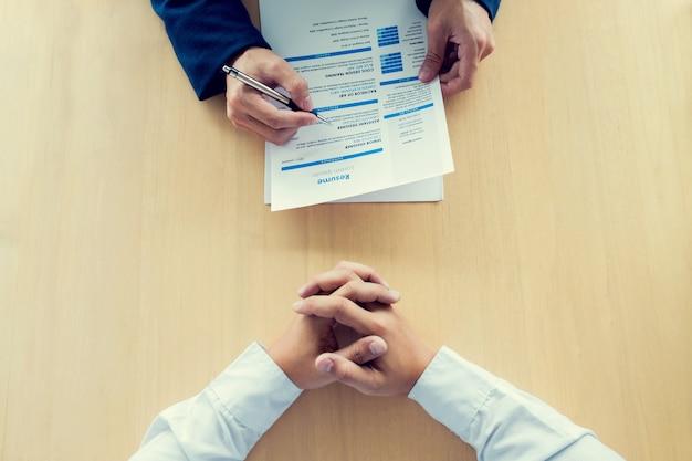 Uitvoerend een cv lezen tijdens een sollicitatiegesprek