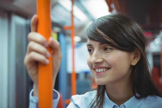 Uitvoerend lachend tijdens het reizen in de trein