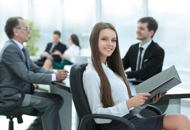 Uitvoerende bedrijfsvrouw met klembord modern bureau