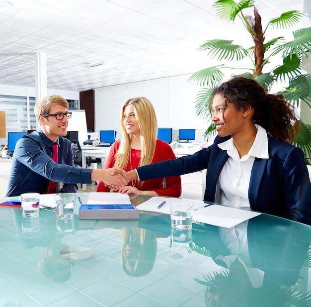 Uitvoerende handdruk bedrijfsmensen op vergadering