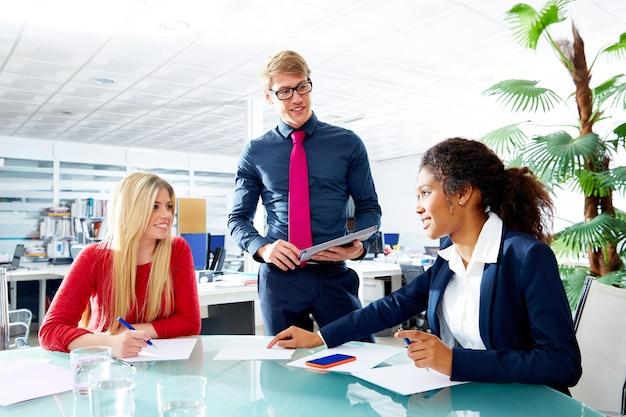 Uitvoerende het teamvergadering van bedrijfsmensen op kantoor